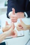Жизнерадостная бизнес-группа давая большие пальцы руки вверх Стоковые Фото