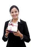 Жизнерадостная бизнес-леди держа подарочную коробку стоковые изображения rf