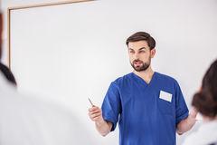 Жизнерадостная вышитая бисером терапевтическая лекция по чтения в клинике Стоковые Фото