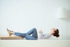 Жизнерадостная девушка брюнет отдыхает дома стоковое фото rf
