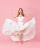 Жизнерадостная девушка в белом платье стоковое фото