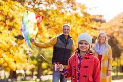 Жизнерадостная девушка играя с змеем на парке Стоковое Фото