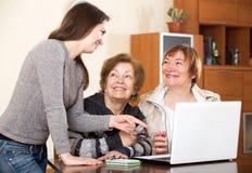 Жизнерадостная девушка помогая старшим женщинам Стоковое фото RF