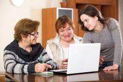 Жизнерадостная девушка помогая старшим женщинам Стоковая Фотография RF