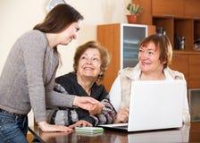Жизнерадостная девушка помогая старшим женщинам Стоковое Фото
