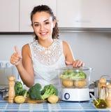Жизнерадостная девушка подготавливая овощи на распаровщике Стоковое Изображение RF