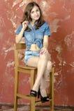 Жизнерадостная девушка подростка в шортах джинсовой ткани Стоковая Фотография