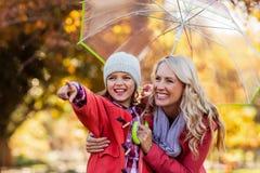 Жизнерадостная девушка с матерью на парке стоковая фотография rf