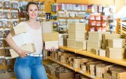 Жизнерадостная девушка с подарочными коробками стоковое фото