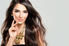 Жизнерадостная девушка с ювелирными изделиями вьющиеся волосы и золота Стоковая Фотография RF