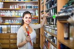 Жизнерадостная женщина выбирая различный цвет в трубке Стоковое Фото