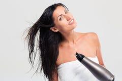 Жизнерадостная женщина в полотенце суша ее волосы стоковая фотография