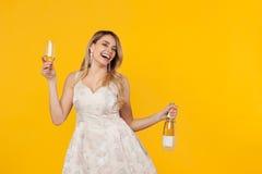 Жизнерадостная женщина в платье представляя с вином Стоковые Фотографии RF