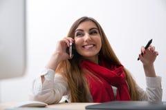 Жизнерадостная женщина говоря на телефоне Стоковые Изображения