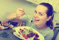 Жизнерадостная женщина есть салат Стоковое фото RF