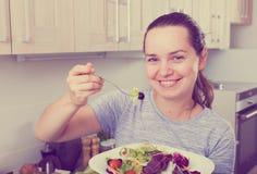 Жизнерадостная женщина есть салат Стоковые Изображения RF