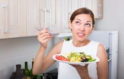 Жизнерадостная женщина есть салат Стоковое Фото