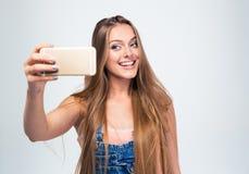 Жизнерадостная женщина делая фото selfie на smartphone Стоковое Изображение RF