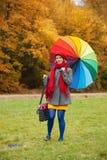 Жизнерадостная женщина наслаждаясь днем осени в парке Стоковое фото RF