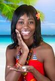 Жизнерадостная женщина на пляже стоковые фотографии rf