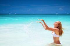 Жизнерадостная женщина на пляже стоковые изображения rf