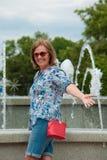 Жизнерадостная женщина около фонтана Стоковое фото RF