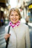 Жизнерадостная женщина пенсионера имея прогулку в городе стоковое фото rf