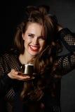Жизнерадостная женщина при красные губы держа чашку кофе Стоковая Фотография
