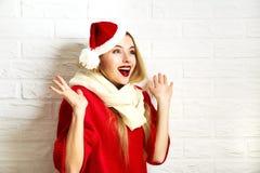 Жизнерадостная женщина рождества в красных одеждах зимы Стоковая Фотография