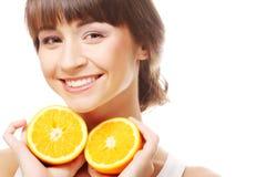 Жизнерадостная женщина с апельсинами в ее руках Стоковая Фотография