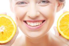 Жизнерадостная женщина с апельсинами в ее руках Стоковая Фотография RF