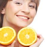 Жизнерадостная женщина с апельсинами в ее руках Стоковые Изображения