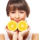 жизнерадостная женщина с апельсинами в ее руках Стоковые Изображения RF