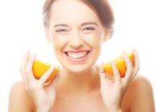 жизнерадостная женщина с апельсинами в ее руках Стоковые Фотографии RF