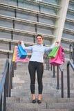 Жизнерадостная женщина с красочными сумками Стоковая Фотография RF