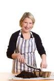 Жизнерадостная женщина с лопаткоулавливателем и почвой Стоковое Изображение RF