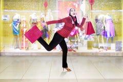 Жизнерадостная женщина с одеждами зимы бежит на моле Стоковое фото RF
