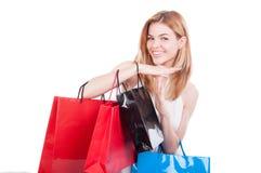Жизнерадостная женщина с покрашенными бумажными сумками стоковые изображения rf