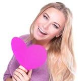 Жизнерадостная женщина с розовым сердцем стоковое фото rf