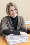 Жизнерадостная женщина с стогом печатных документов стоковые изображения rf