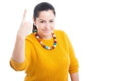 Жизнерадостная женщина указывая вверх по одному пальцу стоковое изображение
