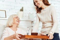 Жизнерадостная заботя забота takign женщины ее бабушки Стоковые Изображения RF