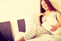 Жизнерадостная завальцовка девушки в кровати Стоковое Изображение RF