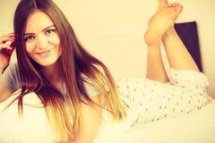 Жизнерадостная завальцовка девушки в кровати Стоковое фото RF
