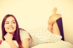 Жизнерадостная завальцовка девушки в кровати Стоковые Изображения RF
