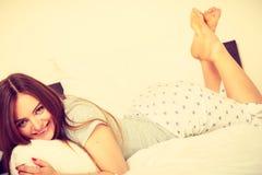 Жизнерадостная завальцовка девушки в кровати Стоковая Фотография