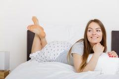 Жизнерадостная завальцовка девушки в кровати Стоковые Фото