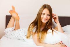 Жизнерадостная завальцовка девушки в кровати Стоковое Изображение