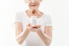 Жизнерадостная зрелая женщина представляя витамины Стоковое Изображение
