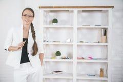 Жизнерадостная коммерсантка в современном офисе Стоковое Фото